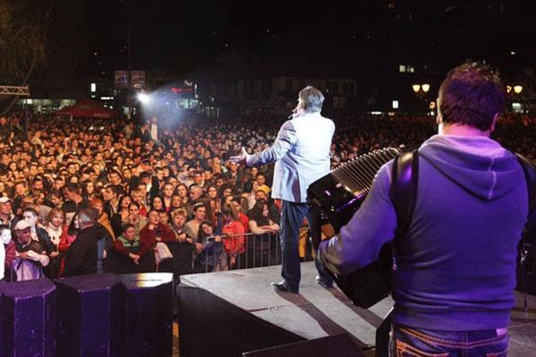 Halid Bešlić pjevao pred više od 50.000 ljudi u Novom Pazaru