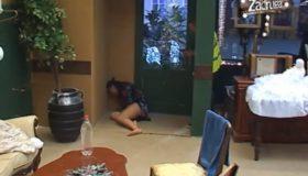 (VIDEO) Horor scene u Zadruzi: Mina van sebe, valjala se po podu, grčila i tresla!